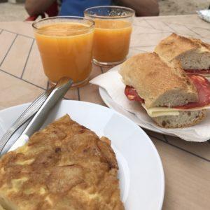 カミーノ「ポルトガル人の道」スペインTuiのカフェUltreiaでトルティージャとボカディージョとオレンジジュース
