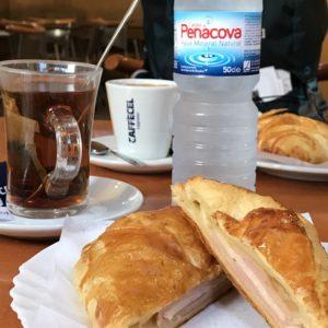 カミーノ「ポルトガル人の道」の小さなカフェで朝食