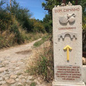 カミーノ「ポルトガル人の道」の黄色い矢印の起源を表す石碑