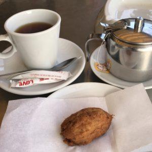 ポルトガルのカフェでタラのコロッケ